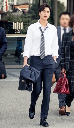 韓国ドラマ 壁紙 containing a business suit, a well dressed person, and a slack suit titled Still cuts of The Legend of the Blue Sea