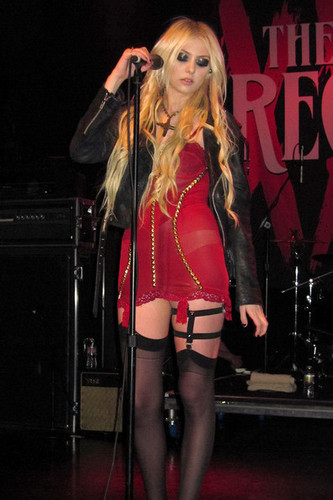 Music wallpaper containing a concert entitled Taylor Momsen