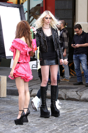 Taylor Momsen wears sexy leather outfit knee 9 LbxtBEndFx