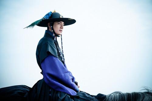 韓国の伝統衣装で馬にまたがるイ・ミンホ