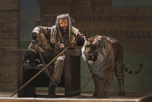 Os Mortos-Vivos wallpaper with a tiger cub and a bengal tiger called The Walking Dead - Ezekiel and Shiva