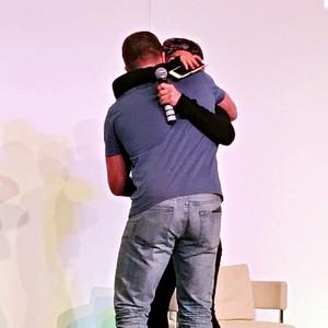 আপনি can't মোড়ানো প্রণয় in a box, but আপনি can মোড়ানো a person in a hug. - Unknown.