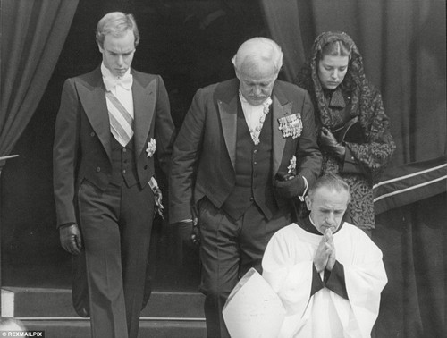 beroemdheden who died young achtergrond with a business suit, a suit, and a three piece suit called grace kelly funeral