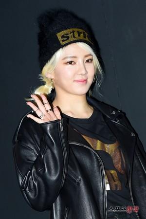 snsd hyoyeon puma bog sock party 14