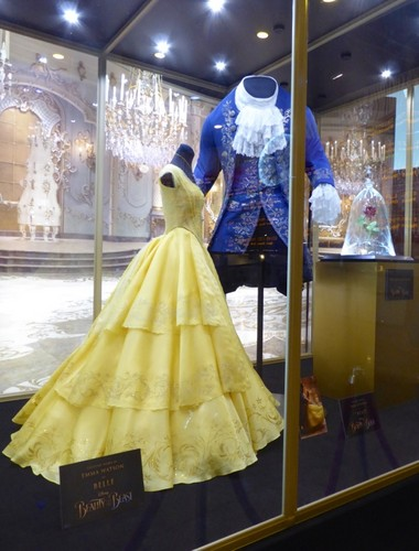 Beauty and the Beast (2017) karatasi la kupamba ukuta entitled Beauty and the Beast 2017 costumes