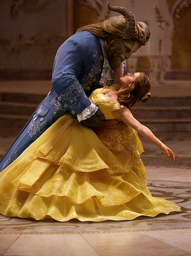 Beauty and the Beast (2017) fond d'écran entitled Emma Watson dancing in New BATB still