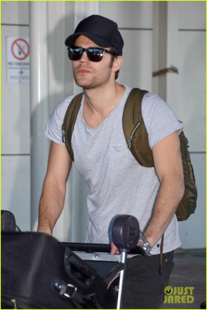 Paul Wesley and Phoebe Tonkin Jet To Her home pagina in Australia For The Holidays!
