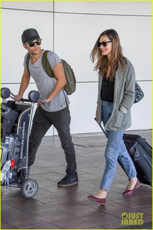 Paul Wesley and Phoebe Tonkin Jet To Her trang chủ in Australia For The Holidays!