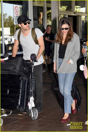 Paul Wesley and Phoebe Tonkin Jet To Her nyumbani in Australia For The Holidays!