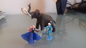 Anna ed Elsa con il mammut lanoso