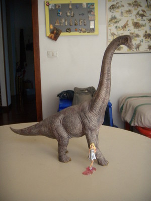 바비 인형 e il brachiosauro