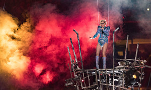 Lady Gaga Performing Super Bowl LI Halftime दिखाना