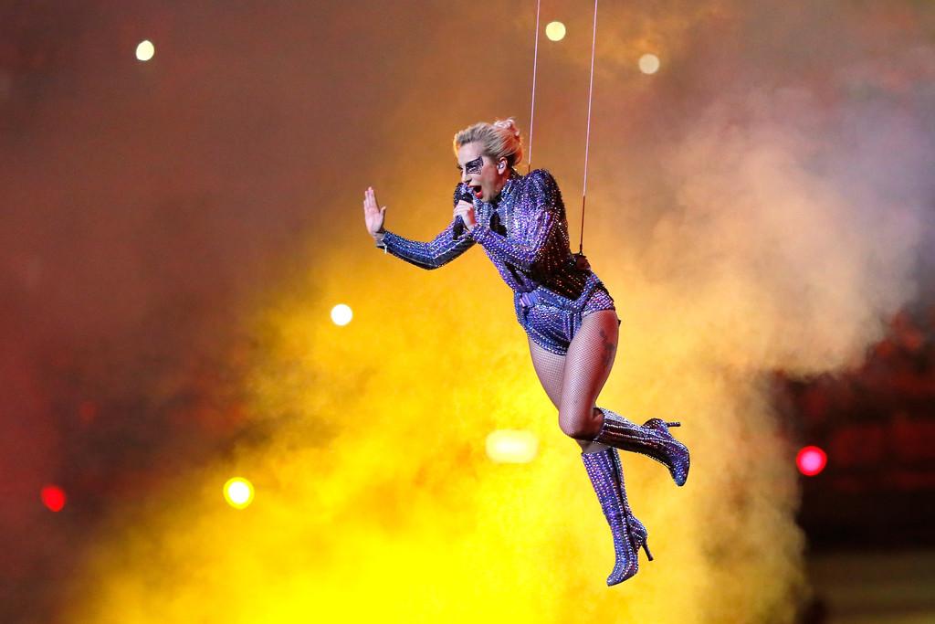 Lady Gaga Performing Super Bowl LI Halftime 表示する