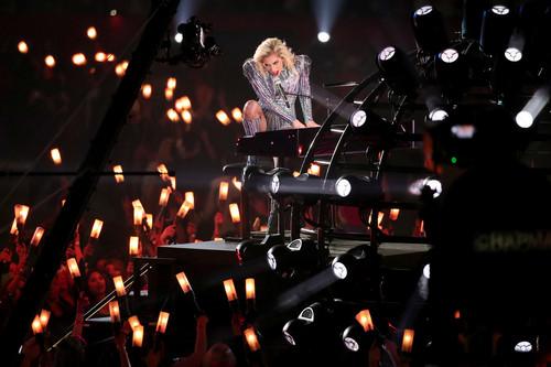 NFL 壁紙 titled Lady Gaga Performing Super Bowl LI Halftime 表示する