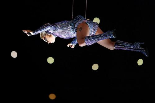 NFL 壁紙 called Lady Gaga Performing Super Bowl LI Halftime 表示する
