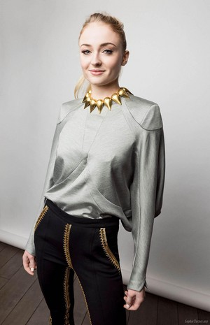 Sophie Turner at BAFTA chá Party shoot