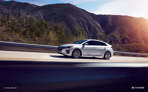 Hyundai Ioniq Hybrid wallpaper titled 2017 Hyundai Ioniq with Hybrid Limited in Symphony Air Silver