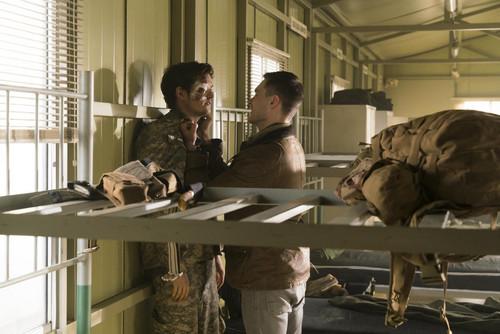 Daniel Sharman karatasi la kupamba ukuta called Daniel as Troy Otto in season 3 of Fear the Walking Dead.