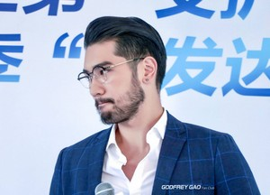 Godfrey at Head & Shoulders event