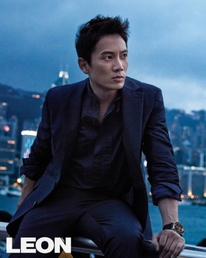 Ji Sung admires the night life of Hong Kong in 'Leon'