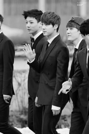 Jin suit black