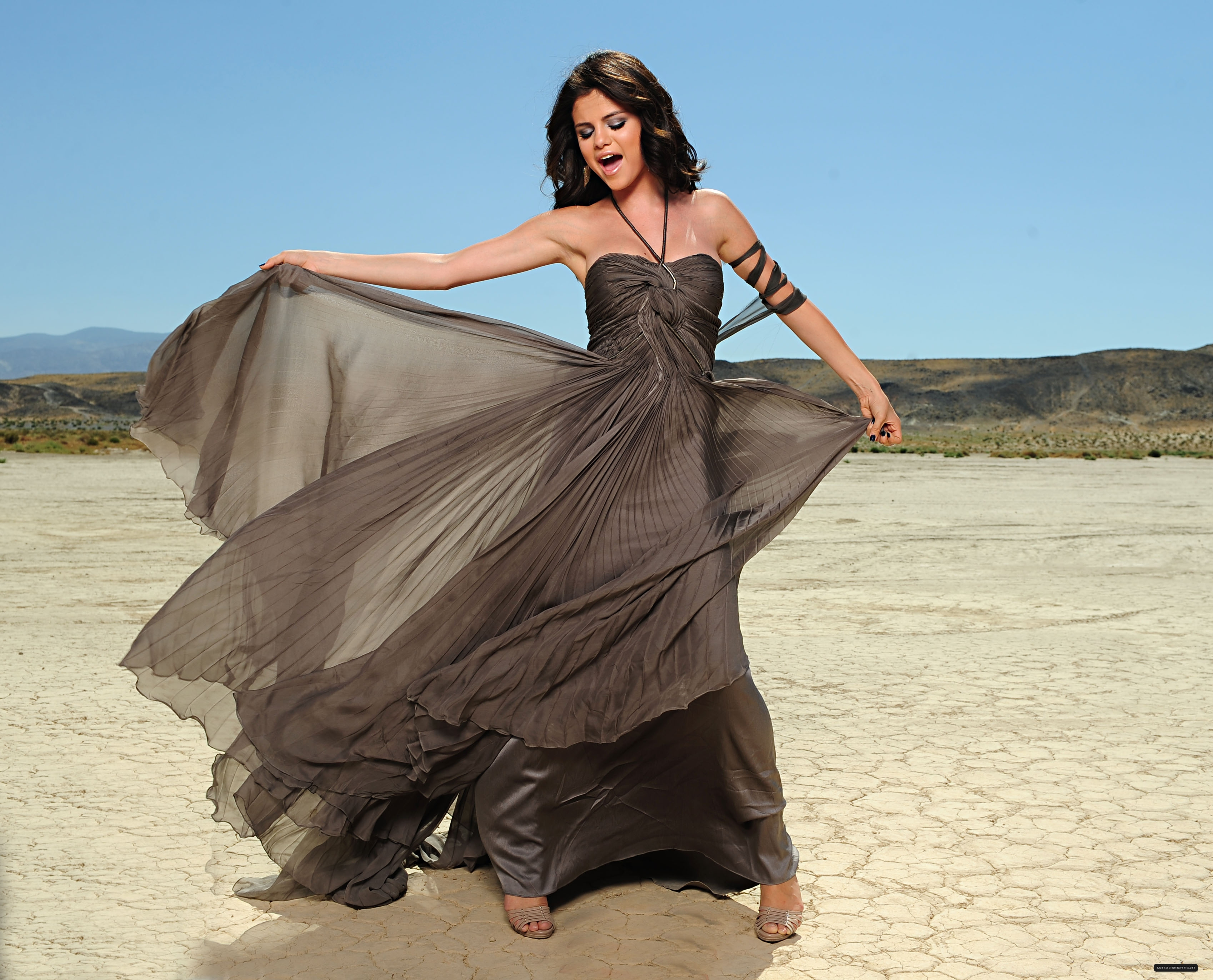 Selena Gomez's dress in A ano Without Rain