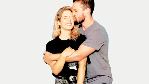 Stephen Amell & Emily Bett Rickards achtergrond titled Stephen and Emily #HVFFLondon