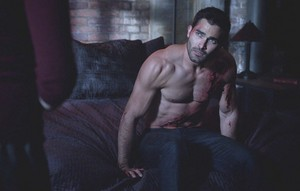 Tyler Hoechlin as Derek Hale in Teen lobo - Motel California (3x06)