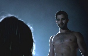 Tyler Hoechlin as Derek Hale in Teen भेड़िया - Smoke and Mirrors (4x12)