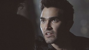 Tyler Hoechlin as Derek Hale in Teen بھیڑیا - بھیڑیا Moon (1x01)