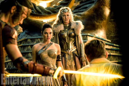 Wonder Woman (2017) fond d'écran entitled Wonder Woman still - Menalippe, Diana, Queen Hippolyta and Steve