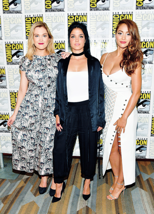 Eliza Taylor, Marie Avgeropoulos, and Lindsey मॉर्गन at San Diego Comic Con