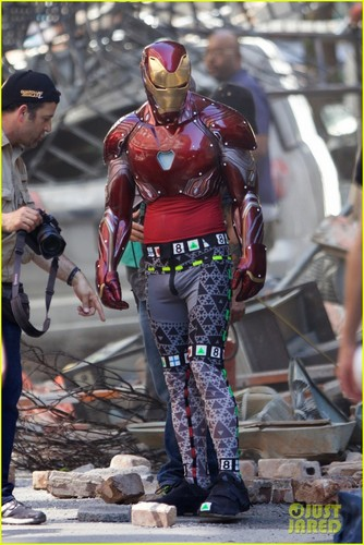 Les Avengers fond d'écran called Iron Man Wears His Armor in New 'Avengers: Infinity War' Set photos
