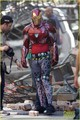 Iron Man Wears His Armor in New 'Avengers: Infinity War' Set fotografias