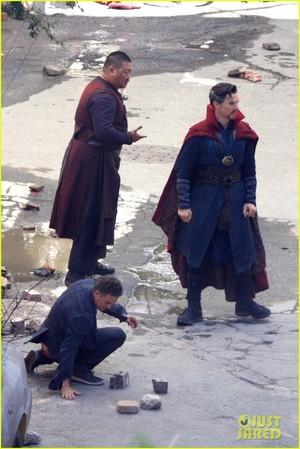Iron Man Wears His Armor in New 'Avengers: Infinity War' Set foto's