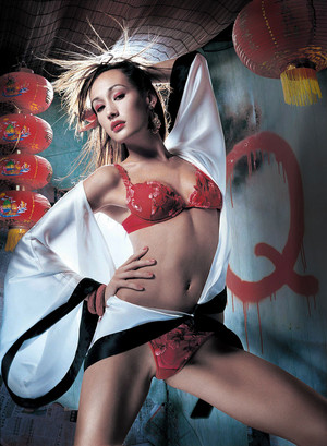 Maggie Q দ্বারা Mark Eilbeck