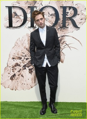 Robert at the 2017 Dior Fall fashion 表示する