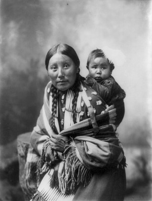 Stella Yellow baju (Dakota Sioux) with baby sejak Heyn foto 1899