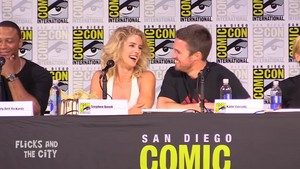 Stephen Amell and Emily Bett Rickards at SDCC 2017 《绿箭侠》 panel.