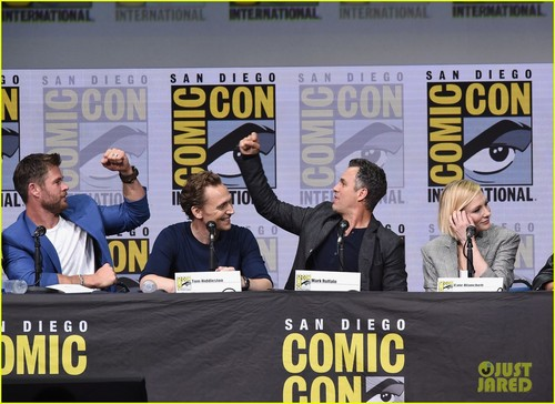 Thor: Ragnarok দেওয়ালপত্র called Thor Ragnarok Comic Con 2017 panel