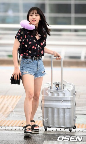 Twice (JYP Ent) kertas dinding entitled 170817 TWICE @ Incheon Airport off to Da Nang, Vietnam for JTBC 'Carefree Trevelers' filming