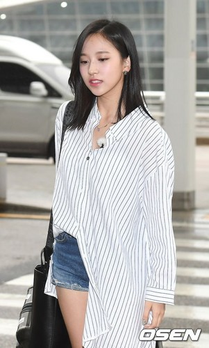 Twice (JYP Ent) Hintergrund titled 170817 TWICE @ Incheon Airport off to Da Nang, Vietnam for JTBC 'Carefree Trevelers' filming