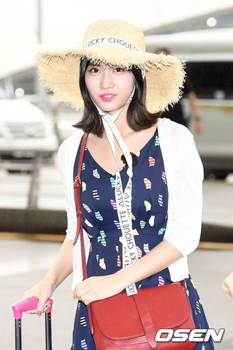 Twice (JYP Ent) پیپر وال entitled 170817 TWICE @ Incheon Airport off to Da Nang, Vietnam for JTBC 'Carefree Trevelers' filming