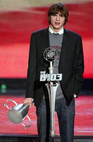 Ashton Kutcher VH1 03 Awards onyesha N lAdqJkApZl