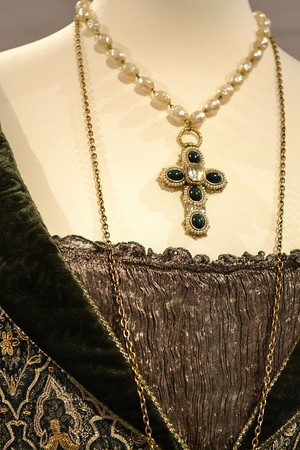 Baroness Rodmilla de Ghent's fancy green gown (neckace detail)
