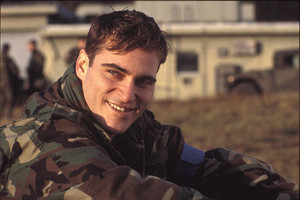 Joaquin Phoenix as sinar, ray Elwood in Buffalo Soldiers (2001)