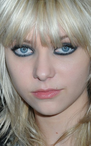 Teen Idols Hintergrund called Taylor Momsen