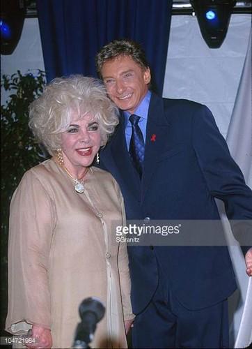 Elizabeth Taylor karatasi la kupamba ukuta titled Two Showbiz ikoni