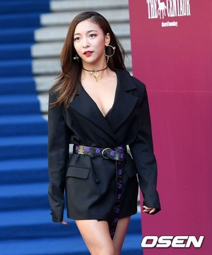 171017 f(x)'s Luna @ 2018 S/S HERA Seoul Fashion Week - THE CENTAUR Collection