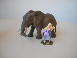 Barbie e l'elefante africano